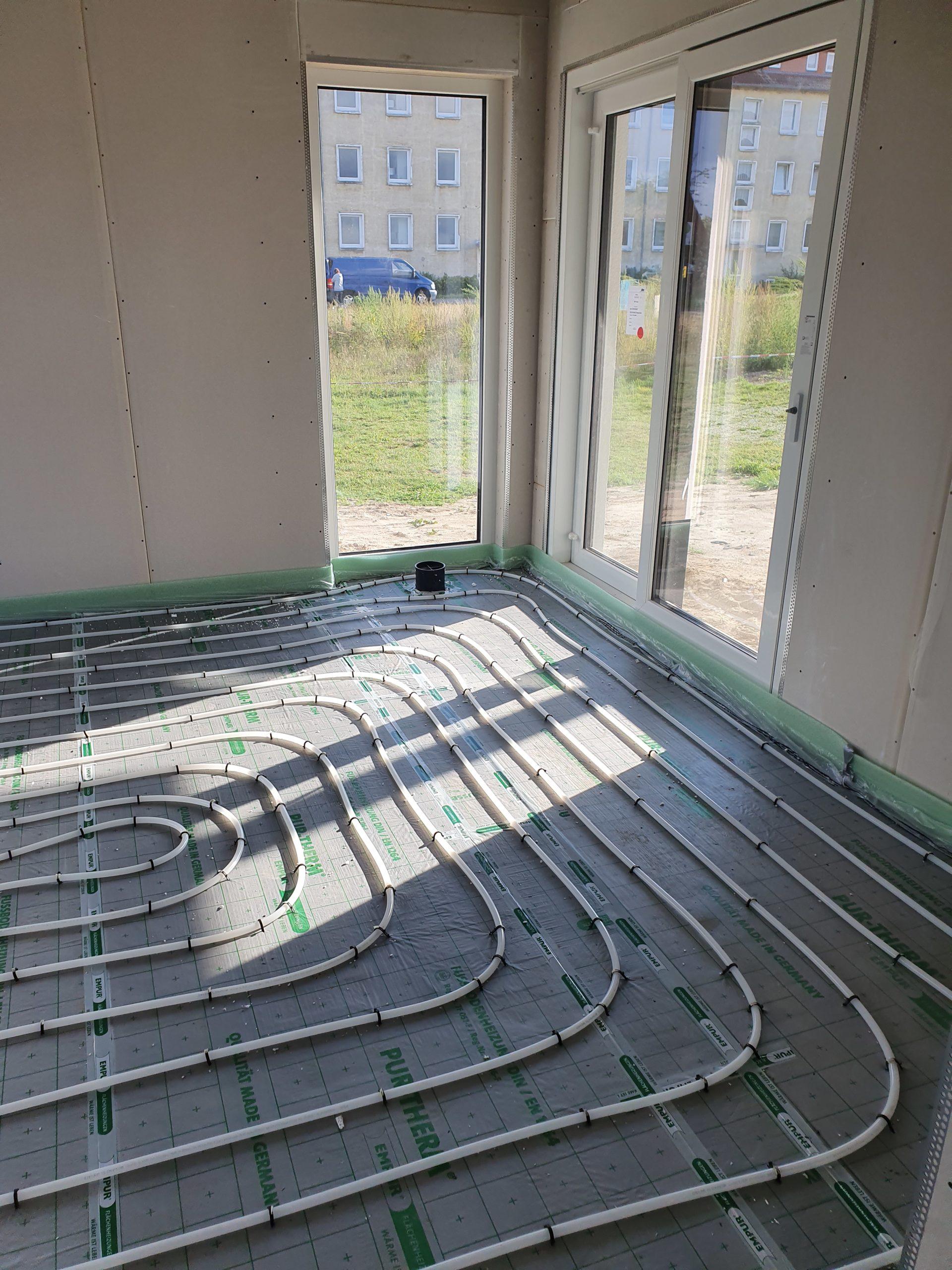 die Fußbodenheizung bevor der Estrich eingebaut wird